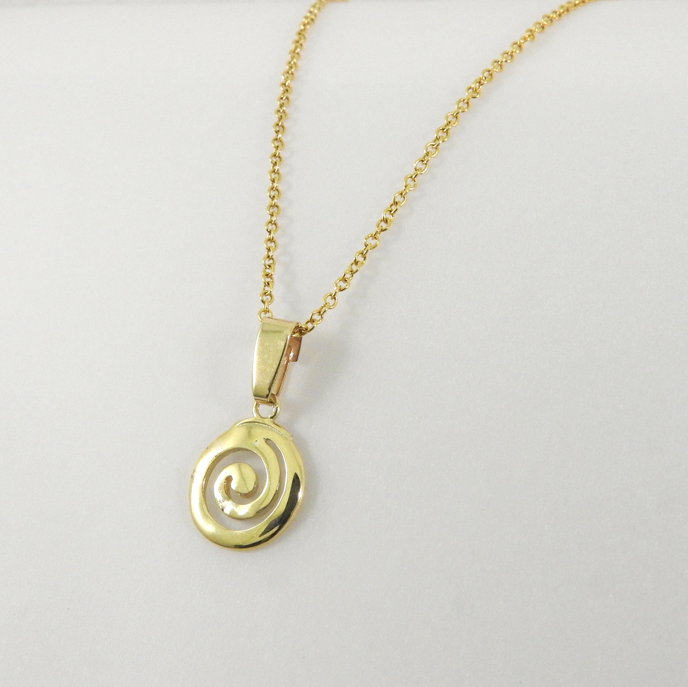 closeup pendant necklace product spiral